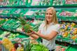 Frau beim Einkauf von Obst und Gemüse