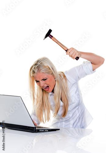 Computer Probleme mit Hammer und Laptop