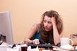 junge Frau sitzt frustriert vor dem Monitor