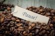 kaffeebohnen mit pause-schildchen