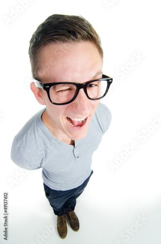 junger mann zwinkert mit einem auge