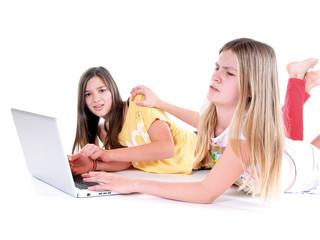 Mädchen streiten vor Laptop