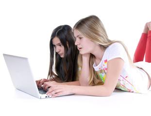 Zwei junge Mädchen vor Laptop