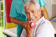 Senior macht Hanteltraining bei Physiotherapie
