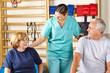 Physiotherapeutin leitet Rehasport