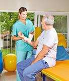 Physiotherapeutin betreut Senior