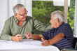 Zwei Senioren lösen Kreuzworträtsel