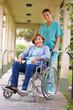 Seniorin im Rollstuhl mit Krankenschwester