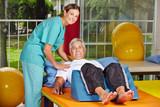 Mann auf Liege bei Physiotherapie