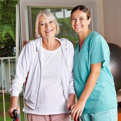 Seniorin mit Rollator bei Physiotherapie