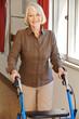 Seniorin in Klinik mit Rollator