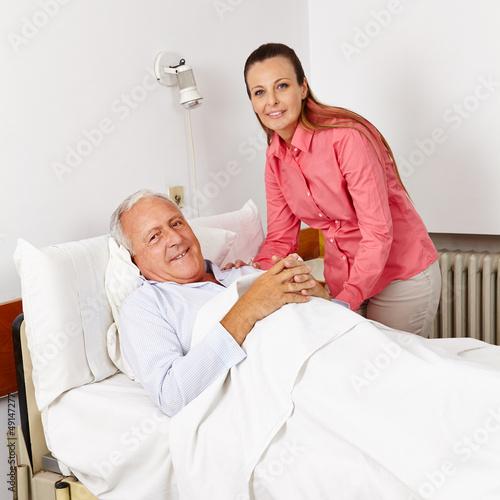Frau besucht alten Mann im Krankenhaus