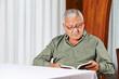 Senior im Altersheim liest ein Buch