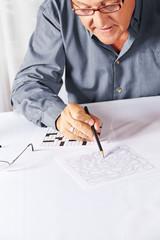 Senior löst Rätsel im Pflegeheim
