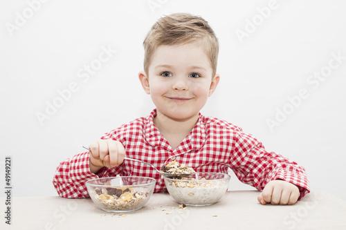 Junge frühstückt Müsli