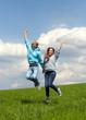 Mädchen und Junge springen