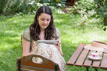 Junge Frau mit Tablet PC, young woman with tablet PC