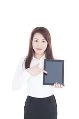 タブレットPCを指差す女性