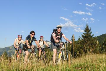 eine Gruppe Mountainbiker