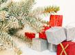 Geschenke unter Tannenbaum