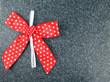 Rot-weiße Schleife mit Herz