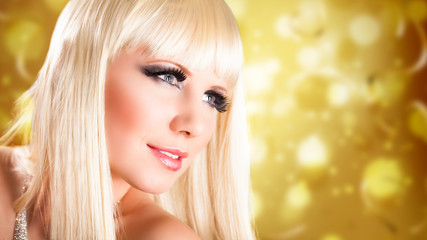 attraktive blonde Frau mit starkem Make-Up