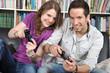 Junges Paar vor Spielekonsole