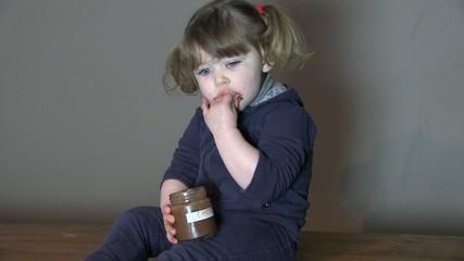 les mains dans le pot de chocolat
