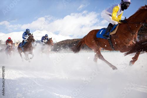wyscig-konny-w-sniegu