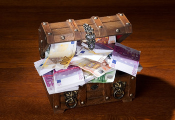 Kiste voll mit Geld