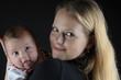 Mutter mit Baby schwarz Hintergrund