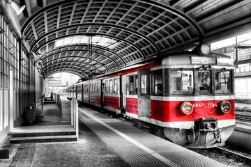 Czerwony pociąg na stacji czarno biała