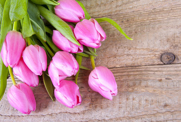 Tulpenstrauß auf Holzwand
