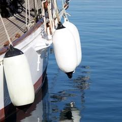 Pare-battages sur la coque d'un voilier