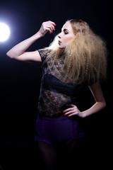 Attraktive blonde Frau mit Frisur und modernem Styling