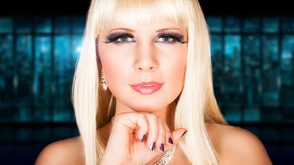 attraktive junge blonde Frau vor Großstadthintergrund