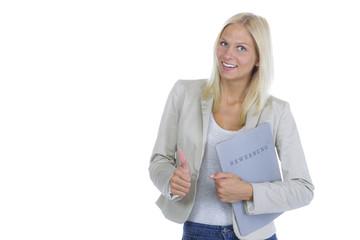 Frau mit Bewerbungsmappe zeigt Daumen hoch