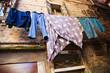 Wäscheleine vor einem verfallenden Haus in Venedig