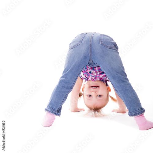 Mädchen schaut durch ihre Beine