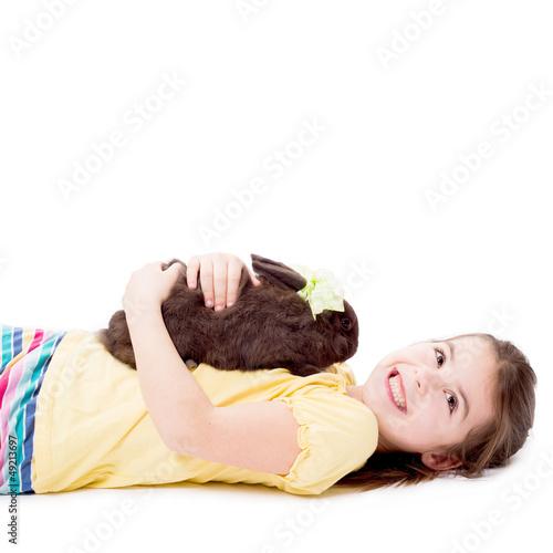 Mädchen kuschelt mit ihrem Häschen
