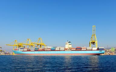 Containerschiff im Hafen 2
