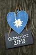 Blaues Holzherz mit Schiefertafel auf Holz und Oktoberfest
