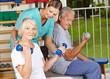 Physiotherapeutin hilft Senioren beim Hanteltraining