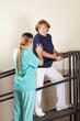 Physiotherapeutin macht Bewegungstherapie