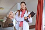 Seniorin mit Krankenschwester in Klinik