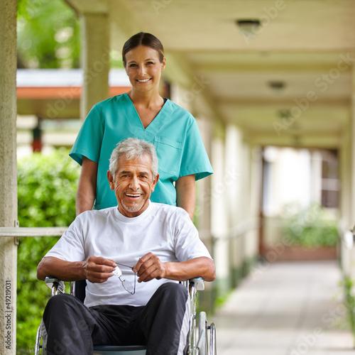 Senior im Rollstuhl im Altenheim