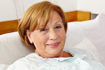 Zufriedene Seniorin im Schlafzimmer