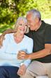 Alter Mann und Frau halten Hände