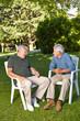 Senioren reden miteinander im Garten