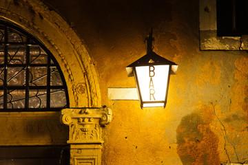 nächtliche Detailansicht einer venezianischen Bar